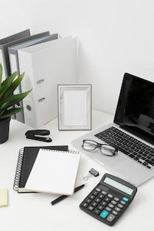 Variedade de mesa vista lateral em fundo branco