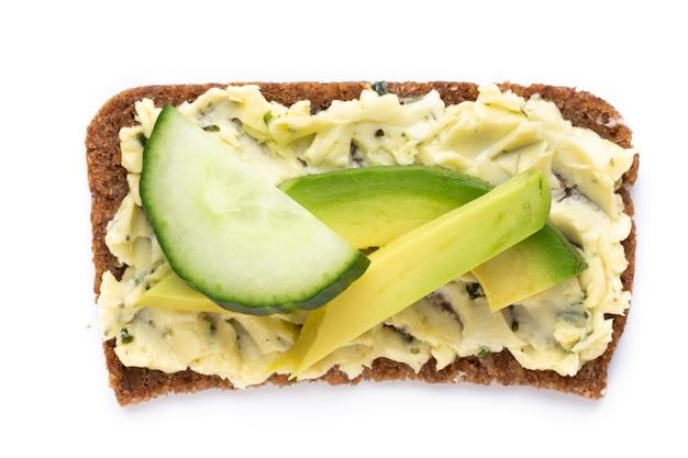 Variedade de mini sanduíches com cream cheese, verduras e salame. sanduíches com pepino, rabanete, tomate, salame em uma superfície branca, vista superior. postura plana.