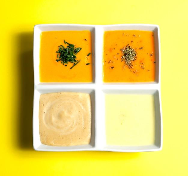 Variedade de molhos veganos na mesa amarela