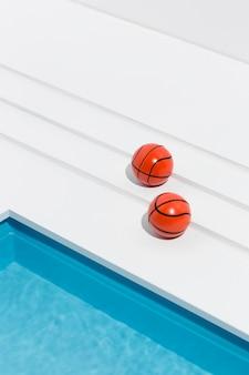 Variedade de natureza morta em piscina em miniatura com bolas de basquete