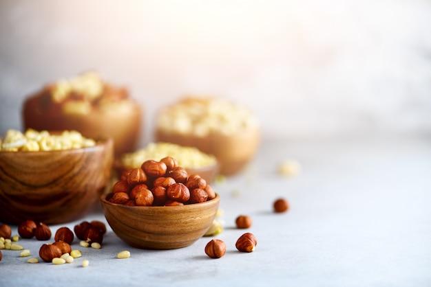 Variedade de nozes - castanha de caju, avelãs, nozes, pistache, nozes, pinhões, amendoim, passas.
