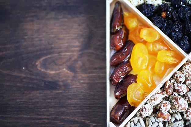 Variedade de nozes e frutas secas na vista superior da mesa de pedra.