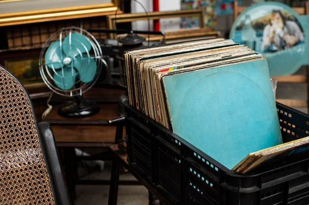 Variedade de objetos de mercado de antiguidades