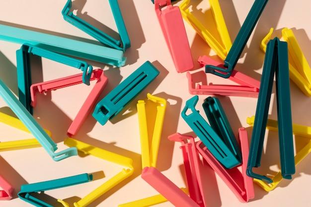 Variedade de objetos de plástico não ecológicos