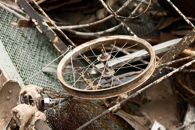 Variedade de objetos descartados sujos