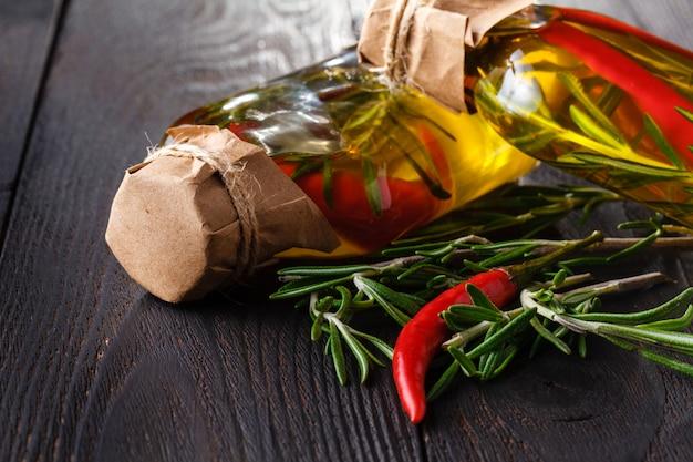Variedade de óleos picantes com ervas e especiarias em frascos diferentes