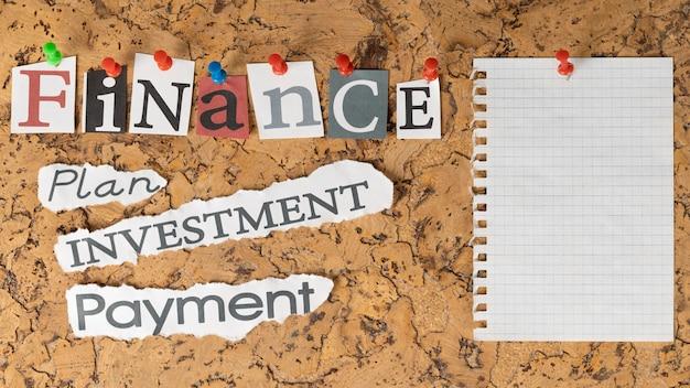 Variedade de palavras financeiras em notas adesivas