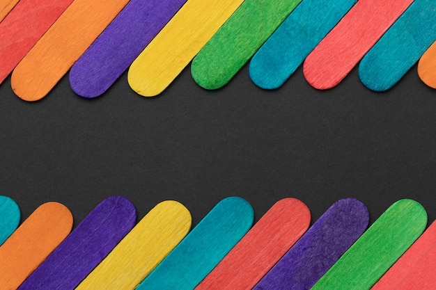 Variedade de palitos de sorvete coloridos de vista superior