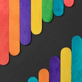 Variedade de palitos de sorvete coloridos planos
