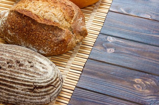 Variedade de pão assado no fundo da mesa de madeira