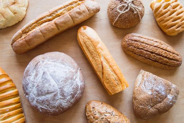 Variedade de pão assado vista superior