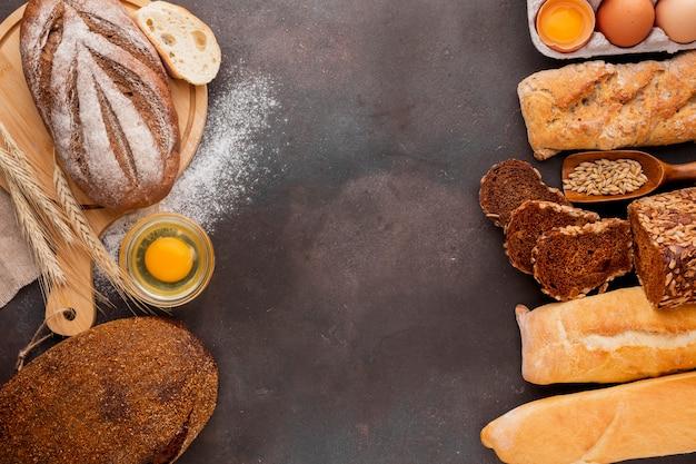 Variedade de pão com ovo e plano de fundo texturizado
