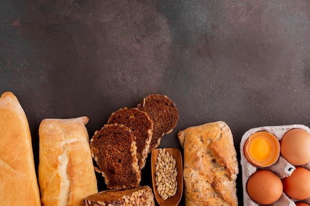 Variedade de pão com ovos