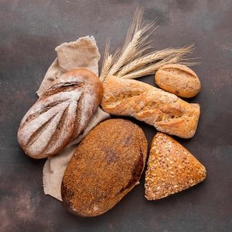 Variedade de pão com pano de juta