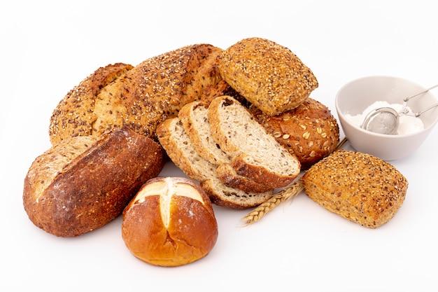 Variedade de pão com uma xícara de farinha