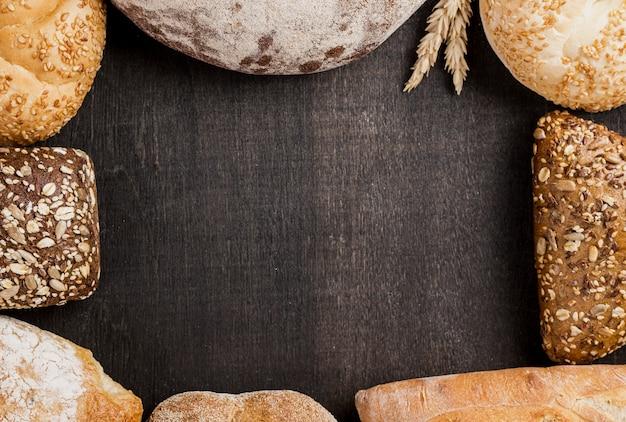 Variedade de pão cozido e cópia espaço preto fundo