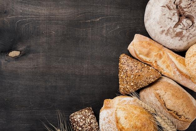 Variedade de pão cozido no fundo de madeira