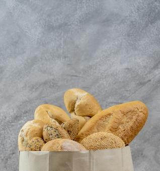 Variedade de pão em saco de papel descartável.