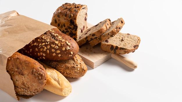 Variedade de pão em saco de papel