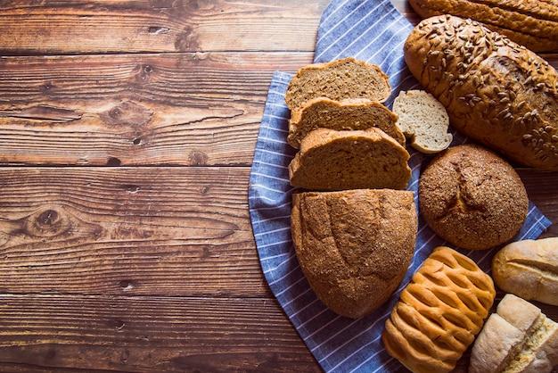 Variedade de pão fatiado vista superior com espaço de cópia