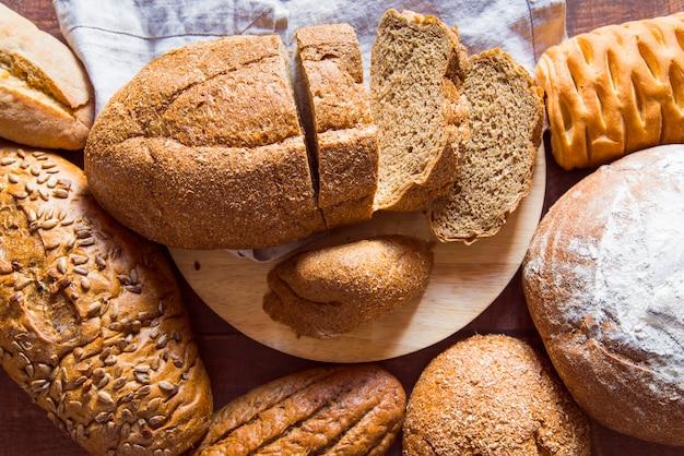 Variedade de pão fatiado vista superior