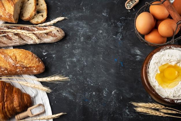 Variedade de pão fresco, ingredientes de panificação. ainda vida capturada de cima, layout da bandeira. pão caseiro saudável. copie o espaço.