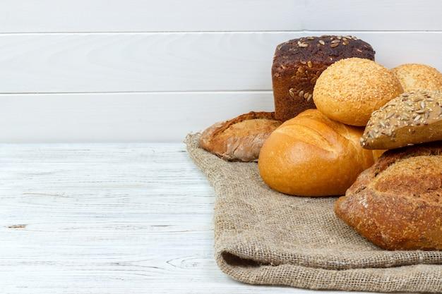 Variedade de pão fresco na mesa de madeira
