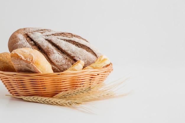 Variedade de pão na cesta