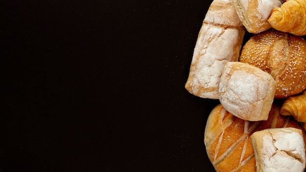 Variedade de pão no fundo preto