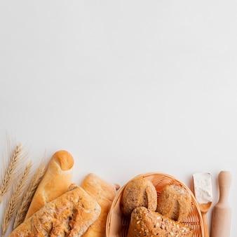 Variedade de pastelaria com grama de trigo