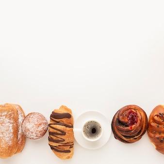 Variedade de pastelaria e espaço para café