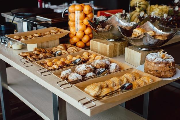 Variedade de pastelaria fresca na mesa em buffet