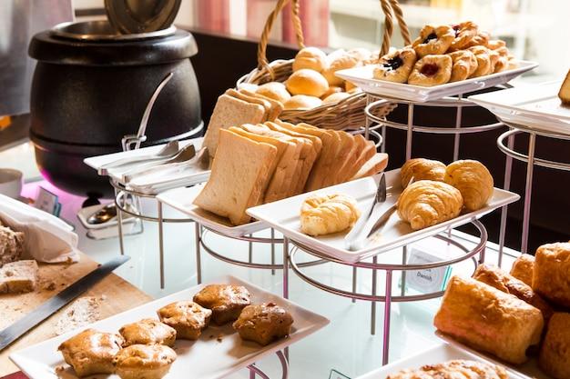 Variedade de pastelaria fresca na tabela no buffet