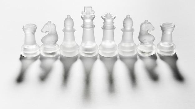 Variedade de peças de xadrez transparentes