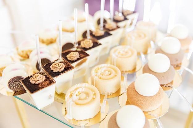 Variedade de pedaços de bolo na mesa bagunçada