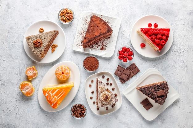 Variedade de pedaços de bolo.