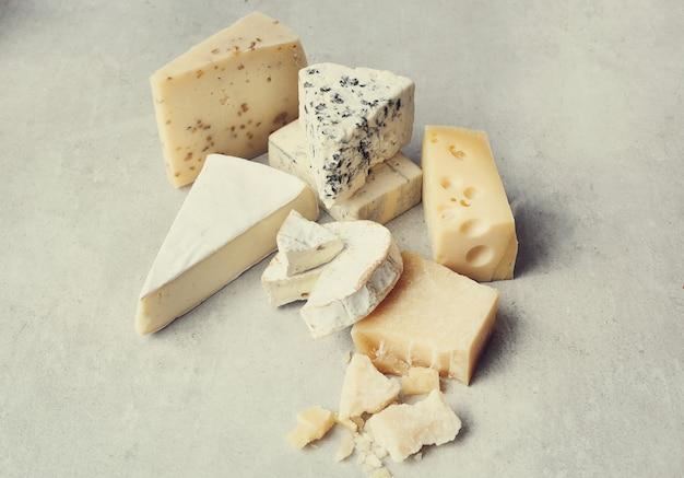 Variedade de pedaços de queijo