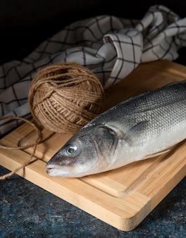 Variedade de peixe cru para cozinhar