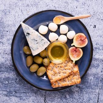 Variedade de petiscos saborosos e queijo