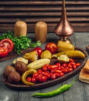 Variedade de picles em pratos de madeira