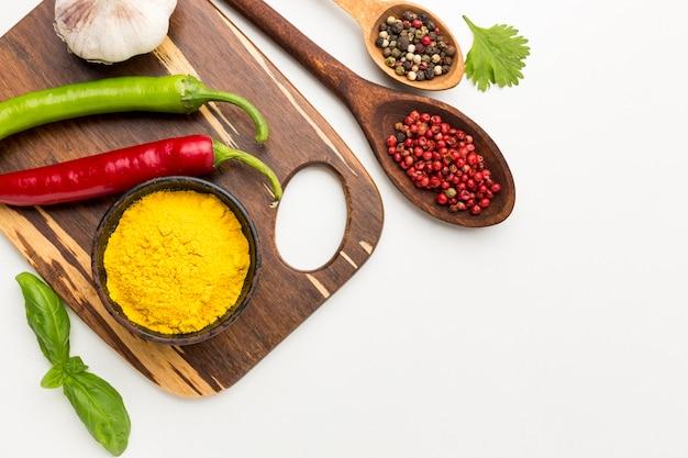 Variedade de pimenta e especiarias na mesa