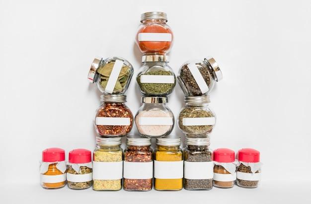 Variedade de potes de especiarias e ervas