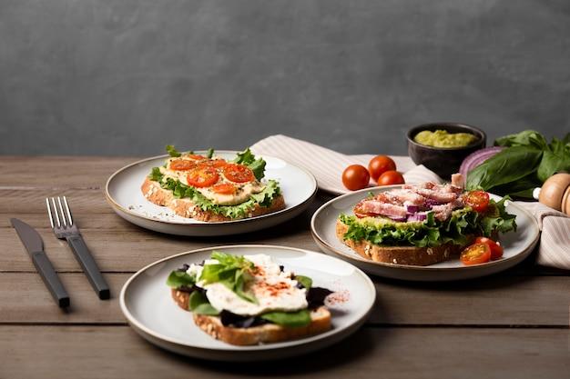 Variedade de pratos com sanduíches