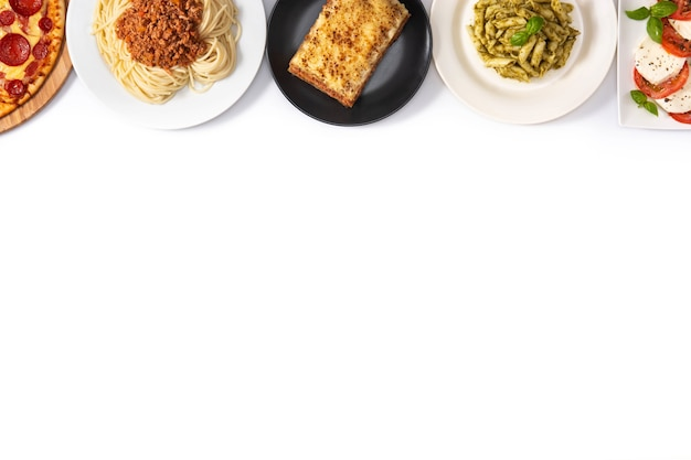 Variedade de pratos de massa italiana isolada no branco