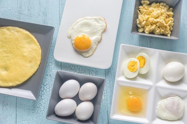 Variedade de pratos de ovos