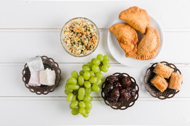 Variedade de pratos doces tradicionais turcos