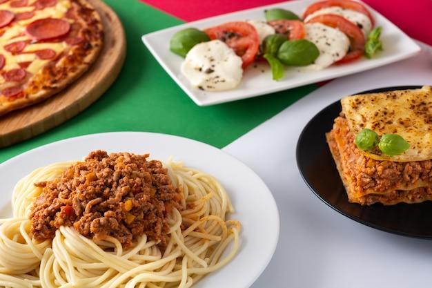 Variedade de pratos italianos de massa na mesa de madeira.