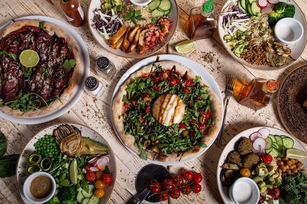 Variedade de pratos saudáveis da cozinha mediterrânea. mesa de restaurante italiano.