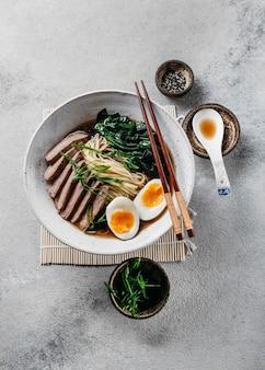 Variedade de pratos tradicionais japoneses planos