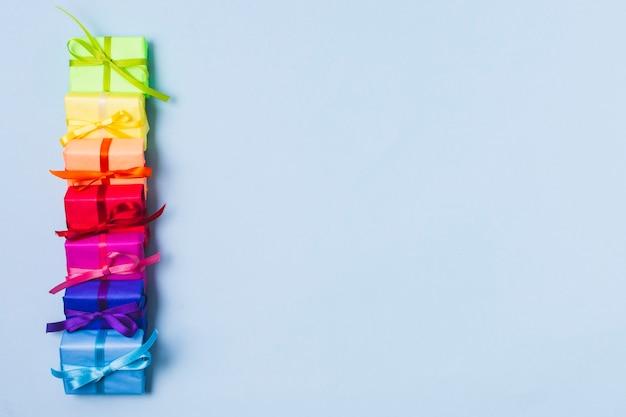 Variedade de presentes coloridos